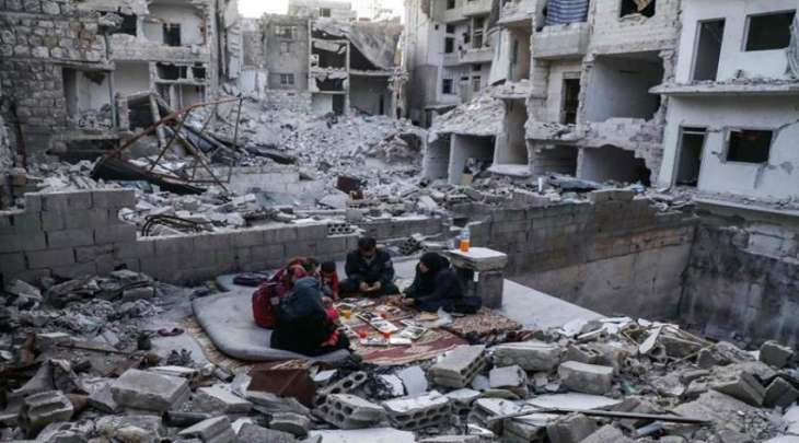 شاھد : عائلة سوری تتناول الافطار وسط أنقاض منزلھا المدمر
