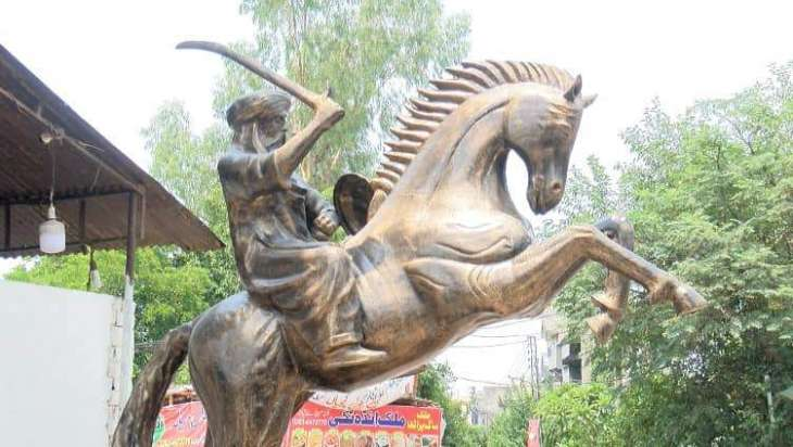 Fans pay tribute to Ertugrul by erecting his status in Lahore
