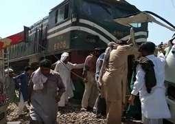 مصرع 20 شخصا و اصابة آخرین اثر اصطدام قطار بحافلة الرکاب في منطقة شیخوبورا باقلیم بنجاب