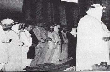 """صورة نادرة للملک السعودي """"سعود """" و ھو یوٴم حوالي 150 ألف مصلین في باکستان"""
