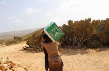 مركز الملك سلمان للإغاثة يوزع أكثر من 14 طنًا من السلال الغذائية في محافظة سقطرى