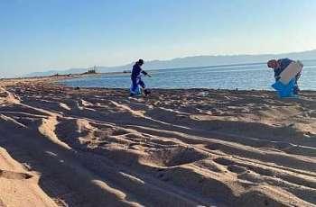 بلدية محافظة حقل تكثف أعمال النظافة في الشواطئ المفتوحة والمتنزهات البحرية