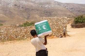 مركز الملك سلمان للإغاثة يوزع أكثر من 18 طنًا من السلال الغذائية في محافظة سقطرى