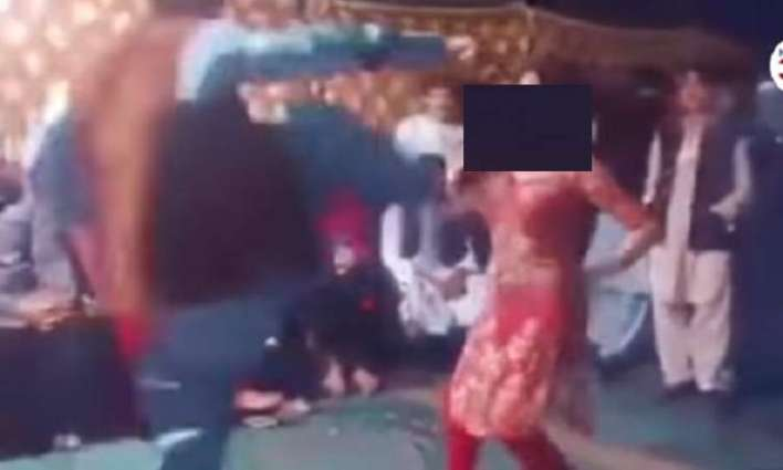 شاھد : شاب یعتدي علي راقصة ضربا في حفل زفاف