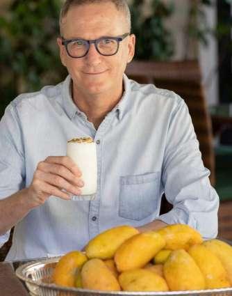 Australian ambassador enjoys Pakistani mango
