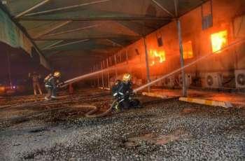فرق الدفاع المدني بمحافظة جدة تخمد حريقاً اندلع  في عدد من البركسات بحي السليمانية