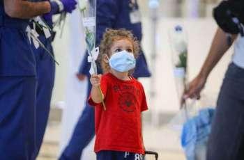 دبي تستقبل اللبنانيين القادمين عبر مطارها الدولي بالورود