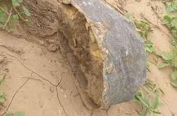 الدفاع المدني بمنطقة جازان : العثور على لغم صخري جرفته سيول منقولة من الأراضي اليمنية ولم تسجل أي إصابات