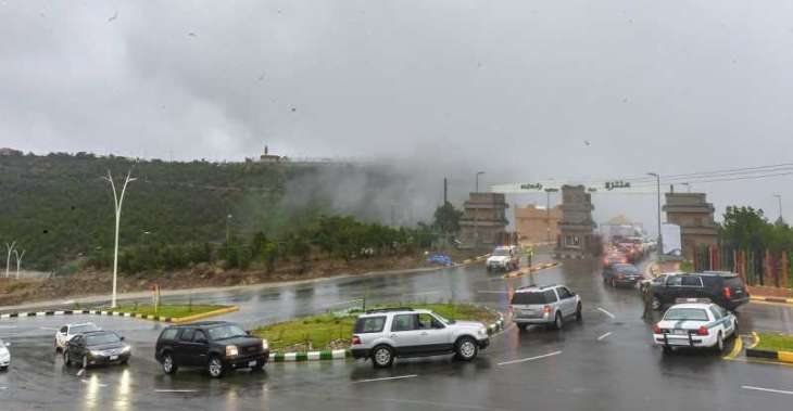 أجواء الباحة تتناغم بين المطر والضباب وتدفع الأهالي والزوار للتنزه