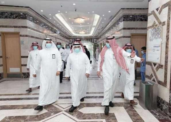 أمين منطقة الجوف ومدير صحة المنطقة يعايدان المرضى المنومين بمستشفى الأمير متعب بن عبدالعزيز