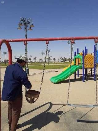 بلدية رفحاء تنفذ صيانة ألعاب الأطفال في الحدائق العامة وأعمال الإصحاح البيئي