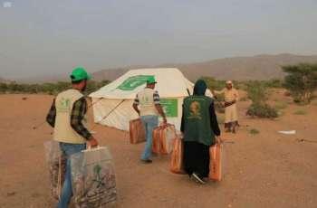مركز الملك سلمان للإغاثة يوزع أكثر من 9 أطنان من السلال الغذائية للنازحين في مخيم جعولة بمحافظة عدن