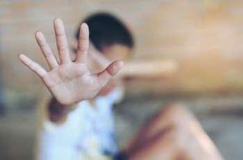 واقعة غریبة تثیر غضب السعودیین ۔۔۔ سیدة سعودیة تتحرش بالطفل