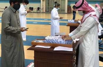جامعة الملك عبدالعزيز تنهي تسليم أكثر من 10 آلالف طالب وطالبة بطاقاتهم الجامعية والبنكية