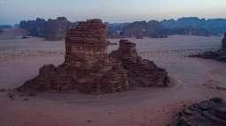 من الوجهات السياحية في المملكة ... جبال من الأحجار الرملية في صحراء