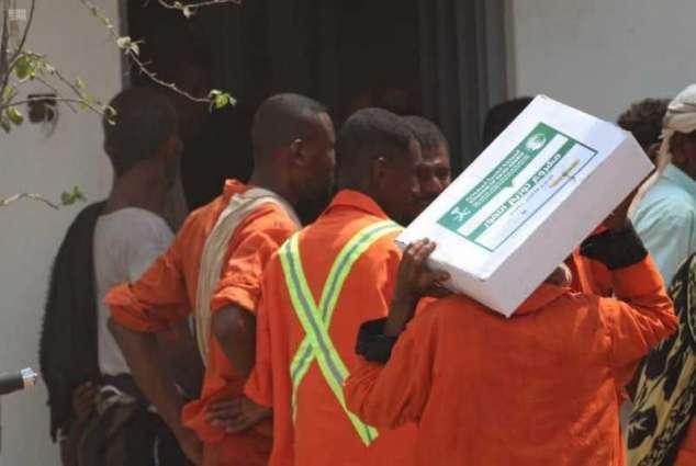 مركز الملك سلمان للإغاثة يوزع 5000 كرتون من التمور لفئات العمال الأكثر احتياجًا بمحافظة عدن