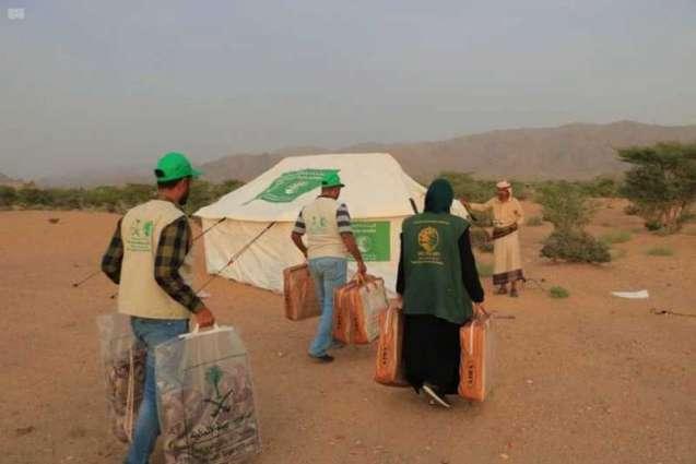 مركز الملك سلمان للإغاثة يوزع مواد إيوائية للنازحين في مديرية الجوبة بمأرب