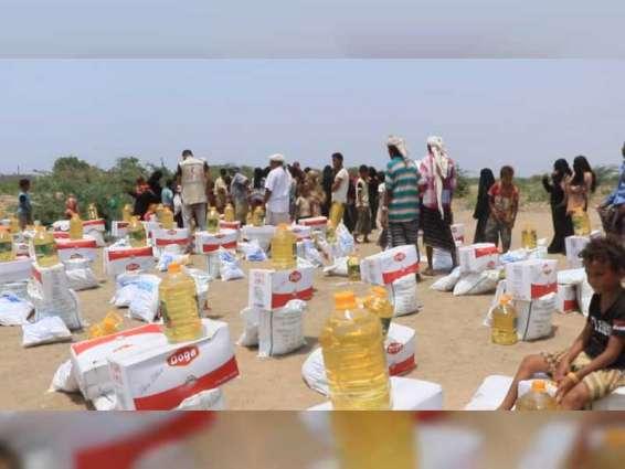 """بدعم إماراتي .. فرق """"الهلال"""" توزع 25 طن مٶن غذاٸية وتتفقد الحالات المرضية بمخيم العليلي في اليمن"""