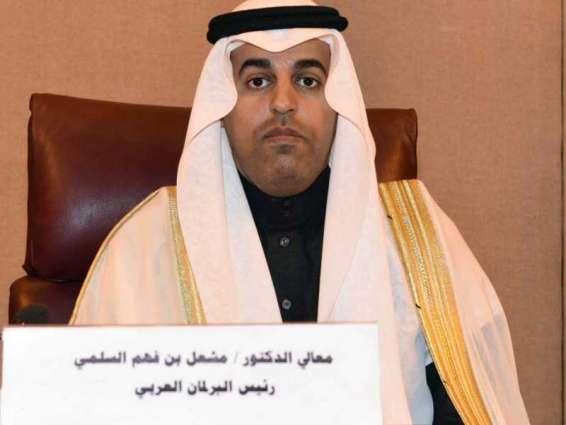 منح مشعل السُّلمي وسام البرلمان العربي