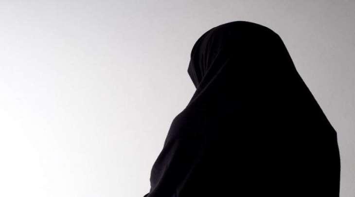 فتاة سعودیة تتعرض للتحرش الجنسی من عمال البقالة قرب منزلھا