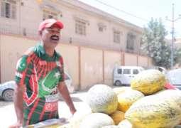 Former coach of Shoaib Malik, Sarfraz Ahmad sells fruits in Karachi to make  both ends meet