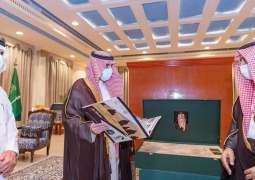 سمو أمير منطقة الجوف يكرم الخيال السرحاني لحصوله على المراكز الأولى بعدة سباقات