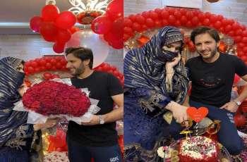 لاعب الکریکیت الباکستاني شاھد خان آفریدي یھنئي زوجتہ بمناسبة ذکری زواجھما