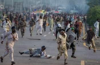 شررطة اسلام آباد تطلق قنابل الغاز علی متظاھرین أمام السفارة الفرنسیة