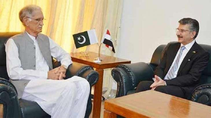 السفیر العراقي لدی اسلام آباد حامد عباس یلتقی وزیر الدفاع الباکستاني