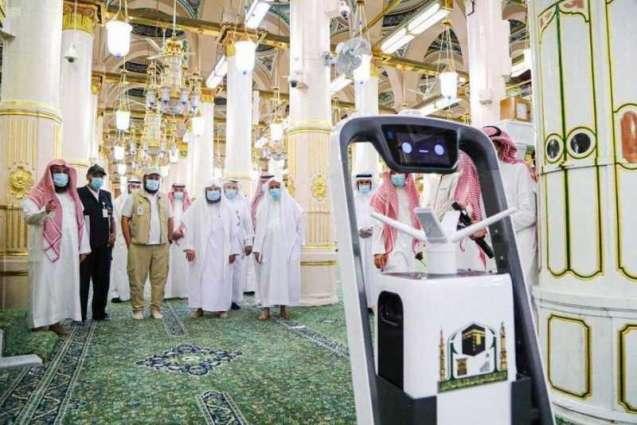 السديس يدشّن روبوت التعقيم الآلي لتعزيز الإجراءات الوقائية لسلامة قاصدي المسجد النبوي