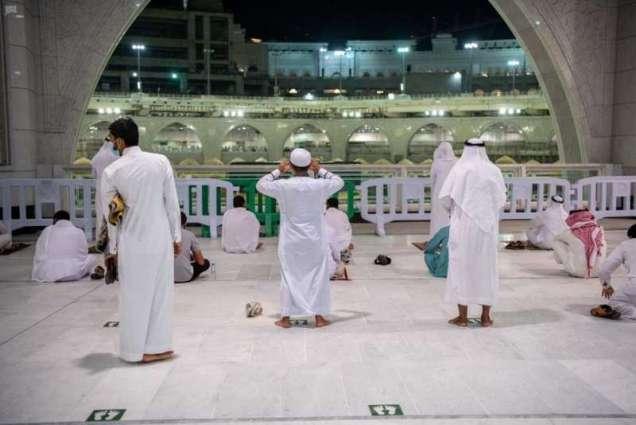 المواطنون والمقيمون يؤدون صلاة الفجر في المسجد الحرام مع بدء المرحلة الثانية من العودة التدريجية من داخل المملكة لأداء مناسك العمرة والصلاة