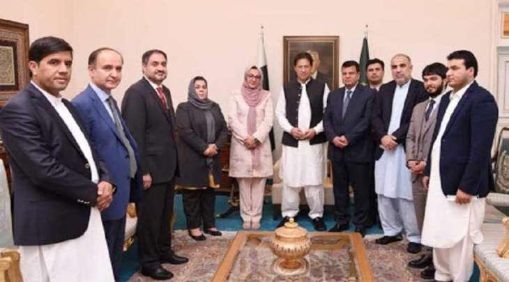 رئیس وزراء باکستان عمران یستقبل رئیس البرلمان الأفغاني خلال زیارتہ باکستان