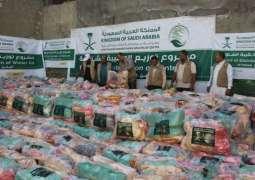 مركز الملك سلمان للإغاثة يوزع 1,100 حقيبة شتوية للمتضررين في مديرية القاهرة بتعز