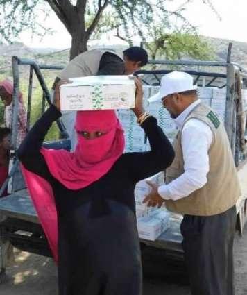 مركز الملك سلمان للإغاثة يوزع 3,500 كرتون تمور في مديرية القاهرة بتعز