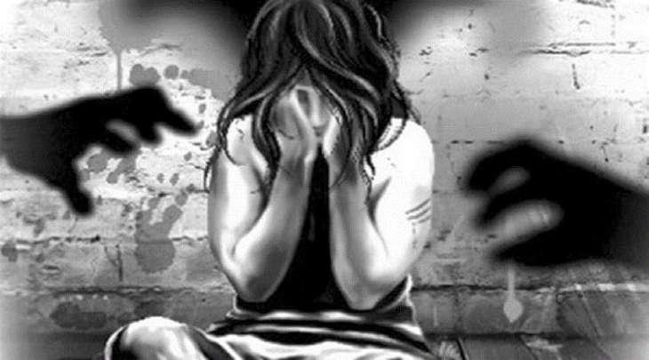 السجن الموٴبد بحق أب ھتک عرض ابنتہ و أجبرھا علی التعري أمامہ