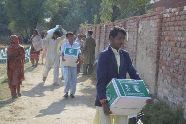 مركز الملك سلمان للإغاثة يوزع أكثر من 26 طنًا من السلال الغذائية للمتضررين من السيول في باكستان