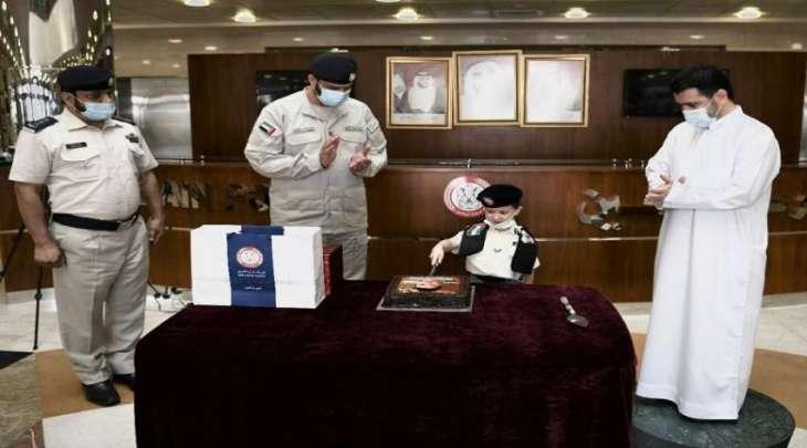 شرطة أبوظبي تسعد طفلاً من مواليد الثاني من ديسمبر