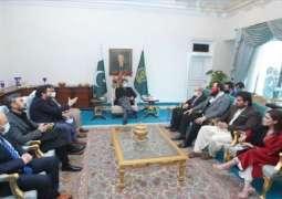 رئیس وزراء باکستان عمران خان یستقبل الممثل الترکي جلال آل و الوفد المرافق لہ