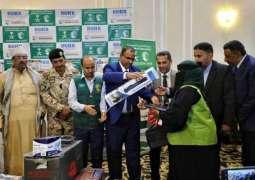 مركز الملك سلمان للإغاثة يسلّم أدوات المهنة للمستفيدات من مشروع