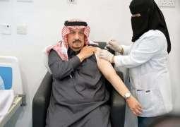 سمو أمير منطقة الرياض يتلقى لقاح كورونا ويتفقد مركز استقبال المتقدمين على اللقاح