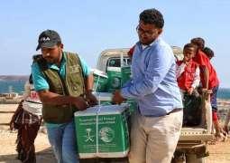مركز الملك سلمان للإغاثة يوزع أكثر من 32 طنًا من السلال الغذائية في تعز والحديدة