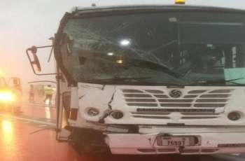 وفاة شخص وإصابة آخرين في حادث تصادم 19 مركبة في ابوظبي