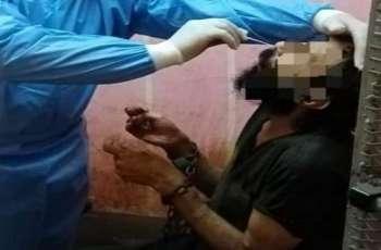 القبض علي امرأة مصریة بتھمة حبس ابنھا فی غرفة مغلقة لمدة عامین