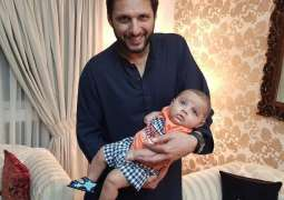Shahid Afridi is happy to see his little daughter walking for the first time