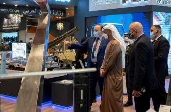 """محمد بن زايد يتفقد عددا من المنصات العربية والدولية خلال فعاليات اليوم الرابع لـ""""آيدكس 2021"""""""