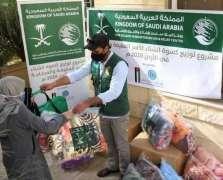 مركز الملك سلمان للإغاثة يختتم مشروع توزيع كسوة الشتاء للأسر اللاجئة والمحتاجة في الأردن