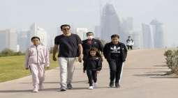 صور : أمیر دولة القطر یمارس الریاضة مع بناتہ فی الدوحة