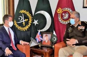 رئیس أرکان الجیش الباکستاني و المفوض السامي البریطاني یبحثان عملیة السلام الأفغانیة