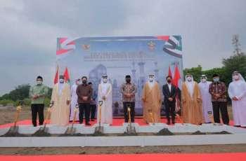 """سهيل المزروعي يضع حجر أساس مسجد """"الشيخ زايد"""" في مدينة """"سولو"""" الإندونيسية"""