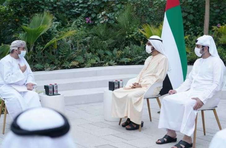 محمد بن راشد يتسلم رسالة خطية من سلطان عمان